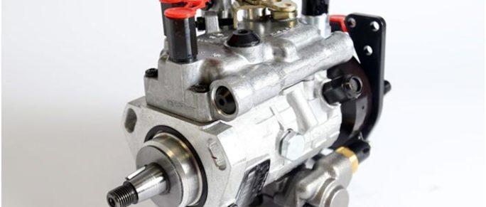в нужное время; в необходимом количестве; при заданном давлении (не менее 150 МПа). Время подачи топлива и его объем рассчитываются исходя из частоты вращения коленчатого вала. Эти параметры остаются стабильными и не зависят от условий эксплуатации и уровня нагрузки двигателя. Конструкция топливного насоса высокого давления для дизельных двигателей: Контроллер режима. Выхлопное соединение. Клапаны. Пара поршней с приводным механизмом. Насосный элемент. Механизм регулировки угла опережения впрыска. Благодаря слаженной работе компонентов, входящих в конструкцию насоса внутреннего сгорания, обеспечивается работа дизельного двигателя внутреннего сгорания. Топливный насос низкого давления дизельного двигателя Насос для впрыска топлива также является частью дизельной топливной системы. Он устанавливается в непосредственной близости от насоса HPF и подключается к нему с помощью фитингов, через которые циркулирует топливо. Дизельное топливо выталкивается из бака специальным насосом. Насос для впрыска топлива часто называют насосом подкачки дизельного топлива и состоит из двух сервисных шестерен, которые находятся в постоянном движении. При их вращении создается поток дизельного топлива, направленный в сторону впрыскивающего насоса. Если вы заметили, что производительность механизма впрыска топлива системы впрыска топлива снизилась, рекомендуется разобрать его для дальнейшей очистки и промывки. Более серьезный ремонт заключается в замене поврежденных элементов на новые детали, входящие в специальные ремонтные комплекты.
